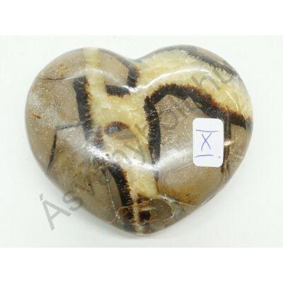 Szeptária faragott szív dísztárgy X.