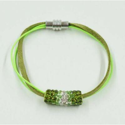Strasszos zöld henger bőr karkötőn